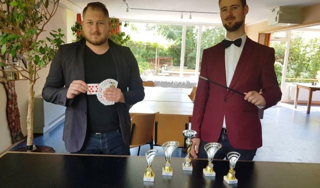 Tim Horsting en Janse Heijn behaalden diverse prijzen op het NK goochelen. (foto: Kees Stap)