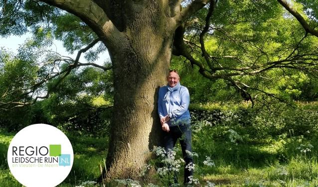 Jaap Gondelach onder één van 'zijn' bomen. Foto: Marieke Schurink