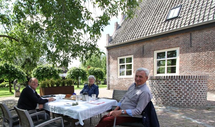 Leo Moonen, Sophia Eliëns en Jos van Delft bespreken het tuinfeest bij het Trapjeshuys. FOTO: Ad Adriaans.