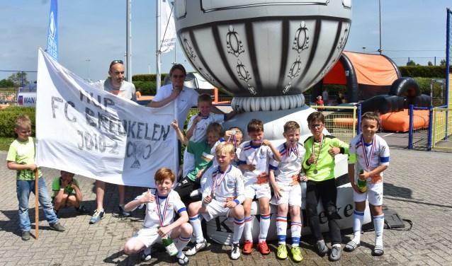 FC Breukelen JO10-2 met de zilveren KNVB-medaille