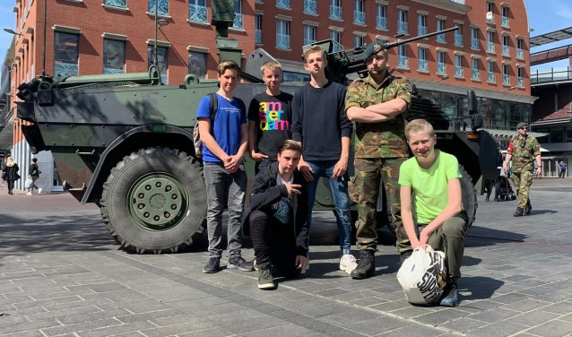 Leerlingen CSG De Lage Waard doen een speurtocht en gaan op de foto met de Landmacht. (foto: pr)