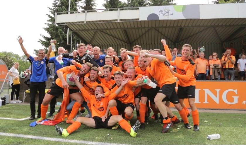 De spelers en staf van Ewijk vieren de promotie naar de derde klasse. (foto: Anoek Bleumer)