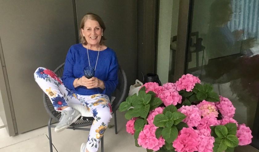 Willeke van de Bosch- van der Meer op het balkon van haar zojuist betrokken appartement. (Foto: DFP).