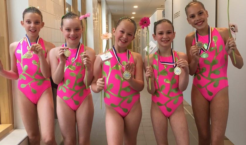 Vijf zwemsters met hun gouden plak. (foto: Cadans)