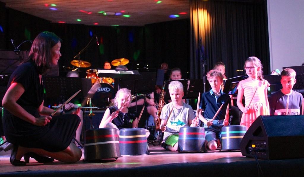 van links naar rechts: Dirigente Sylvie en kids Fleur, Bas, Thijmen, Noa en Niek op bucket drums Foto: Ingrid Roberti © Persgroep
