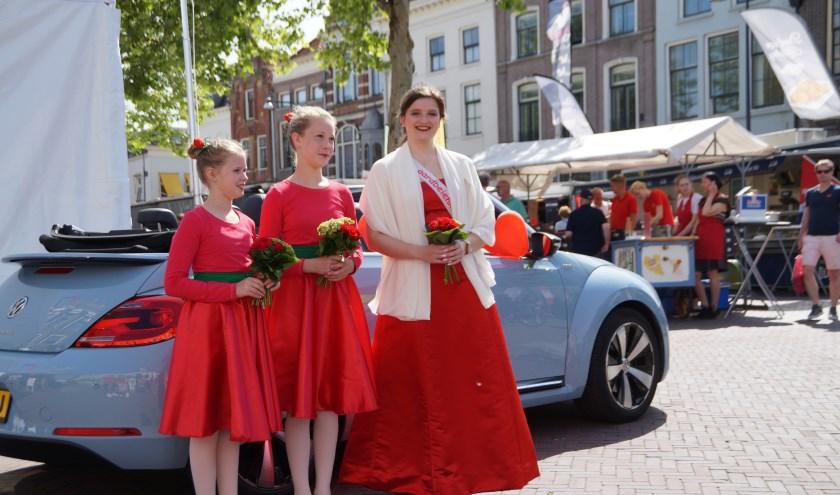 Aardbeienkoningin Sabine Vermeer opende zaterdag met haar aardbeienmeisjes voor het eerst het Cultuurfestival Bommelerwaard.