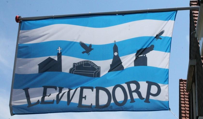 Het hele dorp hangt er vol mee, de vlag van Lewedorp wappert fier in de wind. Het getuigt van de saamhorigheid in Lewedorp.  FOTO: LEON JANSSENS