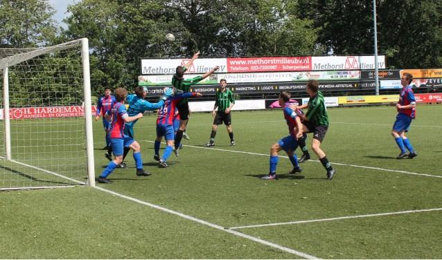 De voorbereiding van de 2-2 gelijkmaker van Voorwaarts (U) tegen VVA Achterberg. (Foto: Henk Jansen)