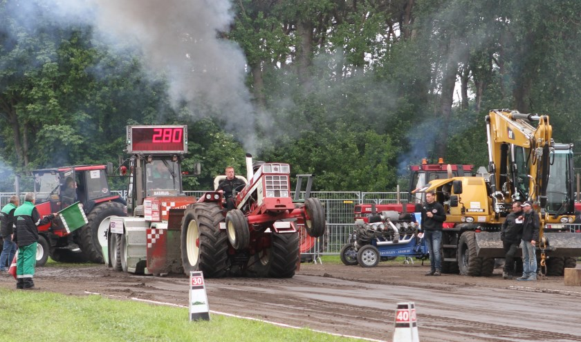 De deelnemers moeten een sleepwagen over maximaal honderd meter verplaatsen. FOTO: Ad Adriaans.