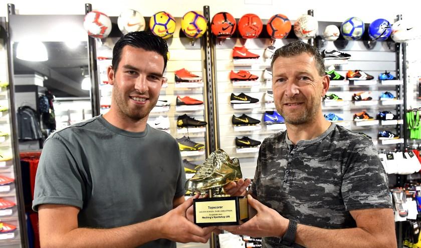 Kees van de Pavert (links) krijgt de Gouden Schoen overhandigd van Wouter Mecking. (foto: Roel Kleinpenning)