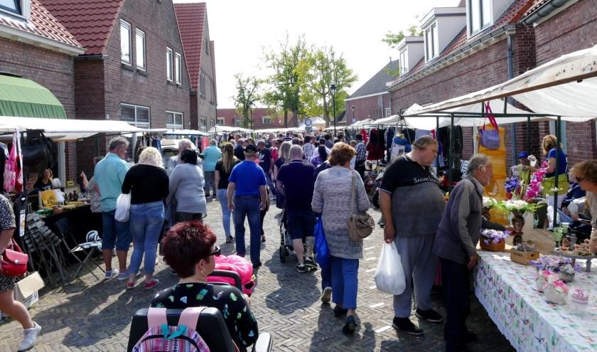Vanuit de vele kramen langs de route worden zowel nieuwe als tweedehands producten verkocht. Foto: Tonnie Nieuwenhuizen.