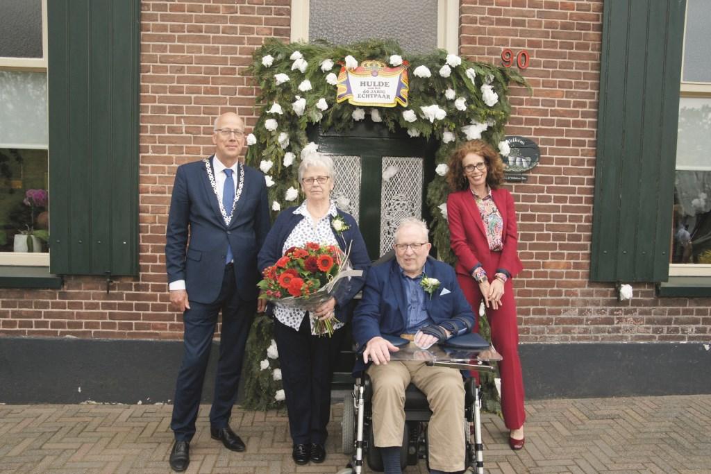 Het diamanten paar Bus met burgemeester Arend van Hout en zijn vrouw die hen kwamen feliciteren.