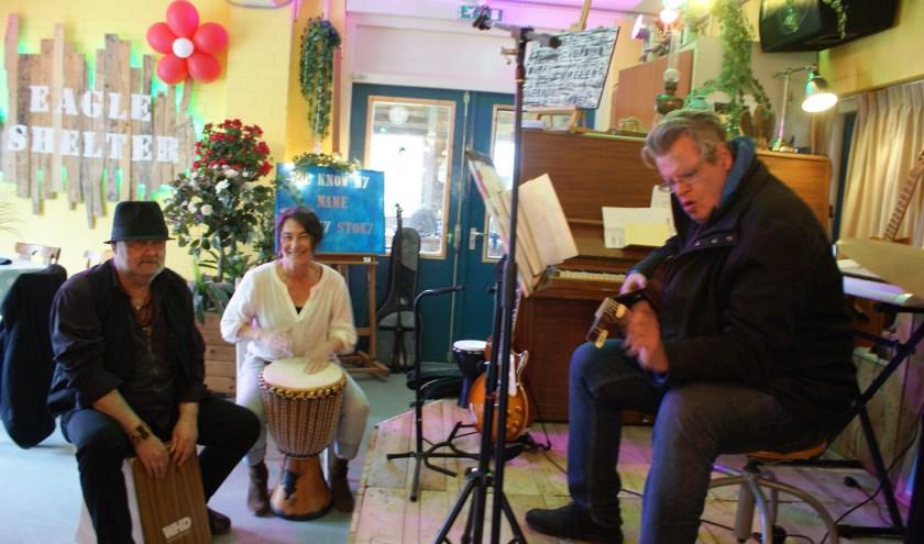 Riny, Conny en Stefan zitten even bij elkaar om muziek te maken.