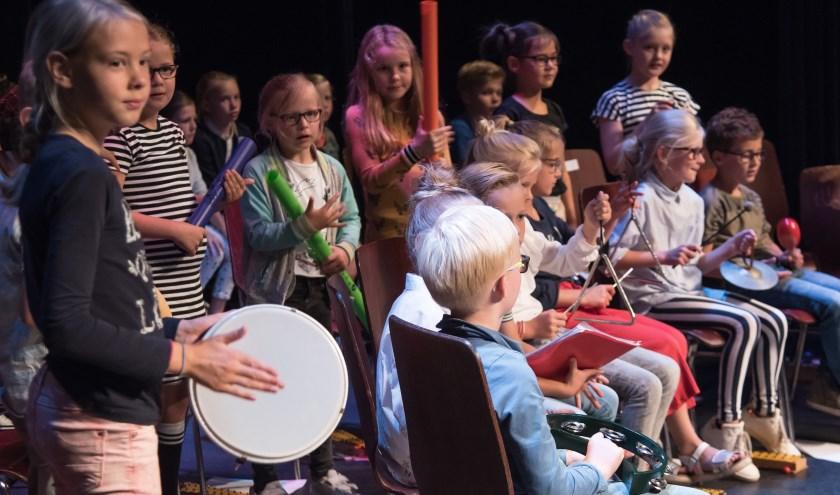 De huidige leerlingen laten zien en horen wat ze het afgelopen jaar allemaal geleerd hebben. Foto: Muziekschool Rijssen.