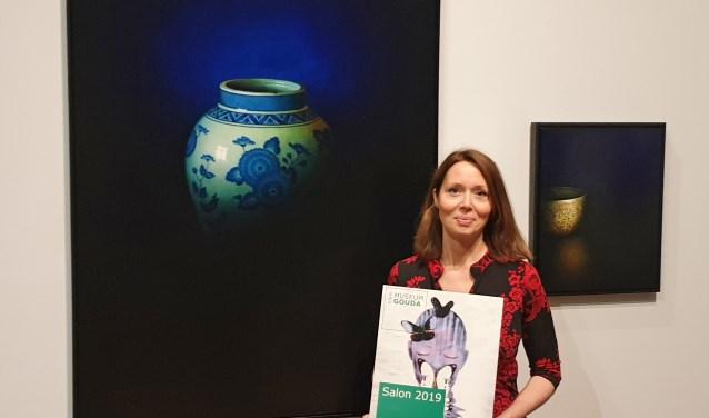 Debora Makkus bij haar schilderijen in Museum Gouda