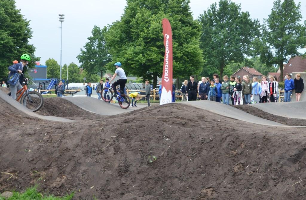 De BMX-en de steps zijn grootverbruikers van het parcours. Kniebeschermers en helmen behoren tot de uitrusting. Zij zullen dan ook verplicht worden gesteld om onnodige kwetsuren te voorkomen.  © Persgroep