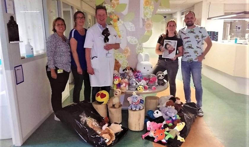 Dayenne Oele, Linda Hebing, kinderarts Edo Stam, Nicole en Paolo in het Lange Land Ziekenhuis.