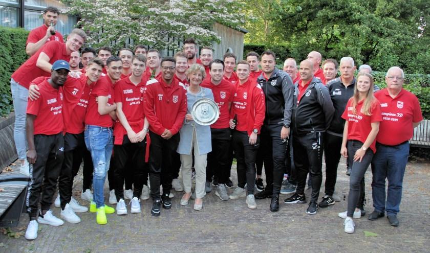 De hele selectie en begeleiding van DIO'30 ging samen met waarnemend burgemeester Corry van Rhee-Oud Ammerveld op de foto.