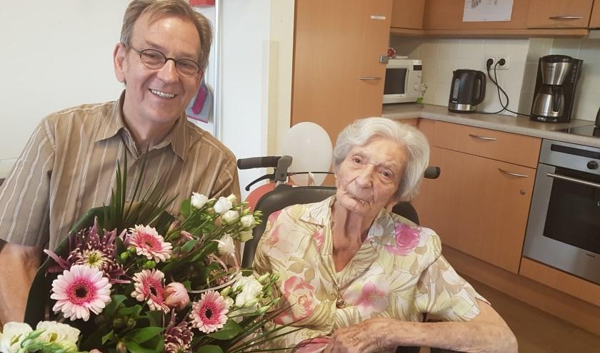 Directeur Kees Schetters bracht de jariger een mooi boeket bloemen en de hartelijke felicitaties. Eigen foto