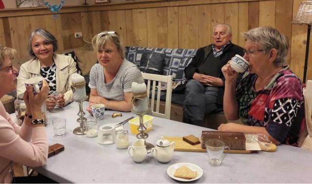 Vrijwilligers en gasten van het Inloophuis Bennekom in gesprek en aan de koffie, zoals elke woensdag- en vrijdagmorgen.