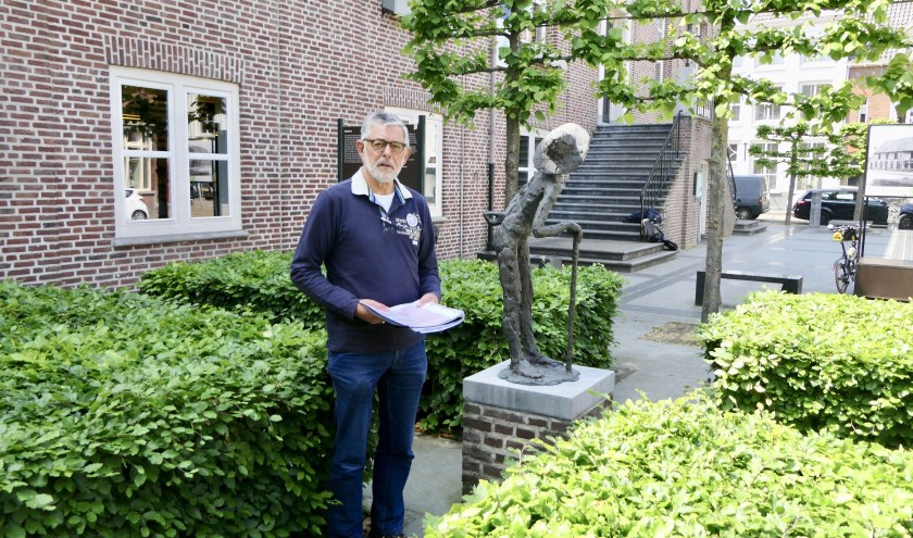 Stadsgids Harrie van Delft op de plaats waar de Stadhuisramp zich in november 1944 voltrok. Hierbij kwamen 134 burgers om het leven.