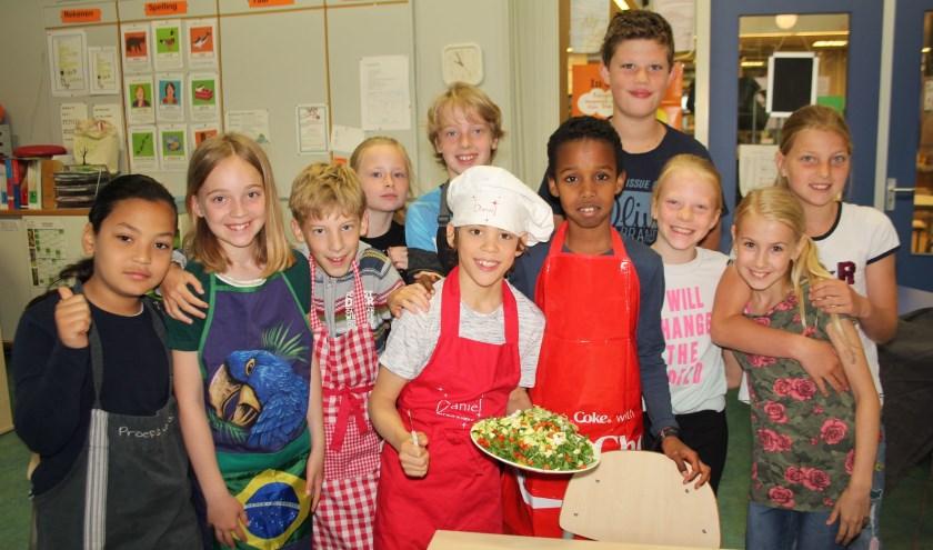 'Chef-koks' Daniël en Elijah zorgden met hun klasgenootjes voor een heerlijke maaltijd met ingrediënten uit de schooltuin. (Foto: Lysette Verwegen)