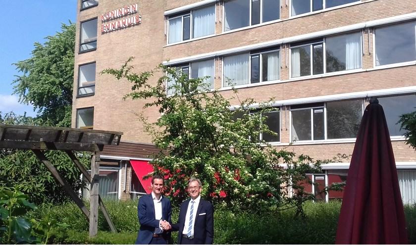 Tom Huijben, assetmanager Woonzorg Nederland (l) en Kees Schetters, bestuurder Huis ter Leede voor het oude Emmahuis. Foto: Yvonne Kazen