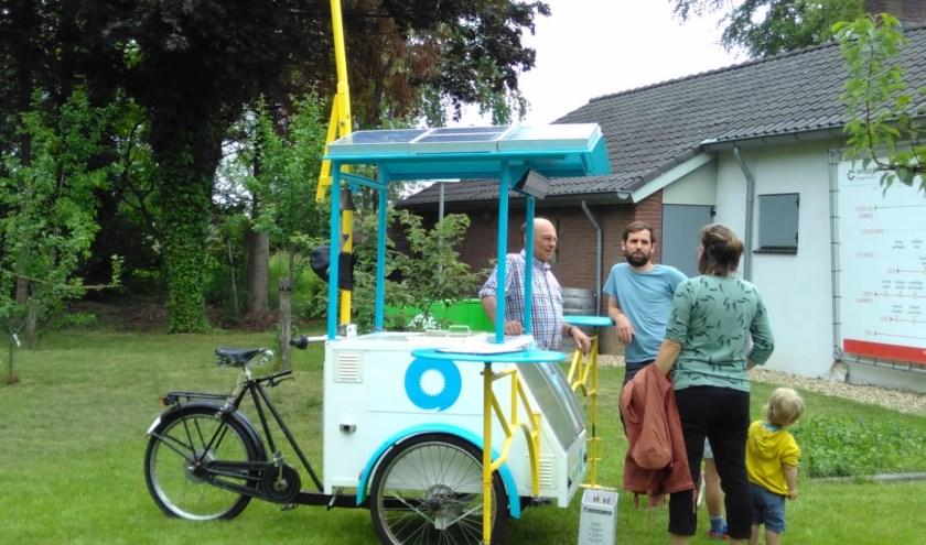 Leden van WindpowerNijmegen trekken de zomermaanden met een ijsfiets op zonne-energie door Nijmegen, om iedereen enthousiast te maken voor Zonnepark de Grift.