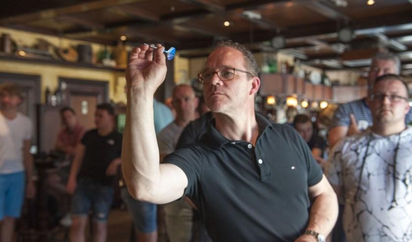 Opperste concentratie bij Wilfred Peters tijdens het darttoernooi in café De Roskam in Bemmel. (foto: Ellen Koelewijn)