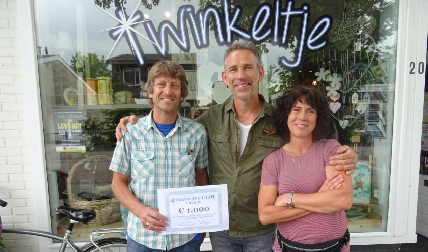Van links naar rechts: Jan Verschoor (voorzitter Traveling Light), Teus Donk en Cora Donk (eigenaresse twinkeltje). (foto: pr)