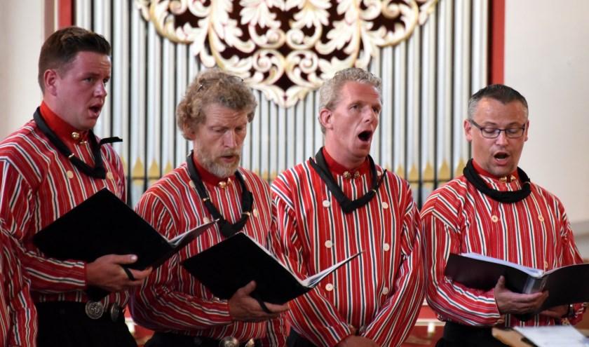 Vier leden van de Urker Mans-formatie, die tijdens het optreden in De Regenboog hun zangkunsten ten gehore brengen.