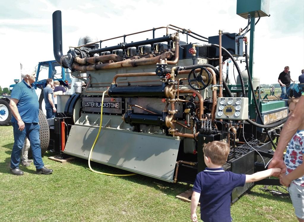sjaa hoe krijg je motor van 4 meter in je tractor.  © Persgroep