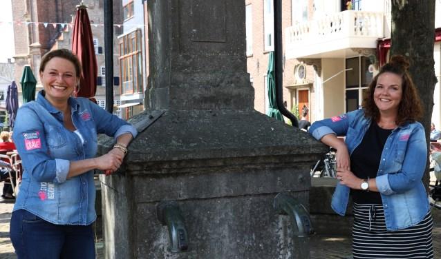 Pamela Eggenhuizen en Jolanda Linders vormen de harde kern van de organisatie. (foto Marco van den Broek)