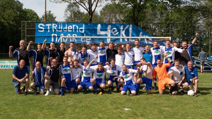 De trotse, blije en opgeluchte voetballers, trainers, bestuurders en vrijwilligers van SV Loo.