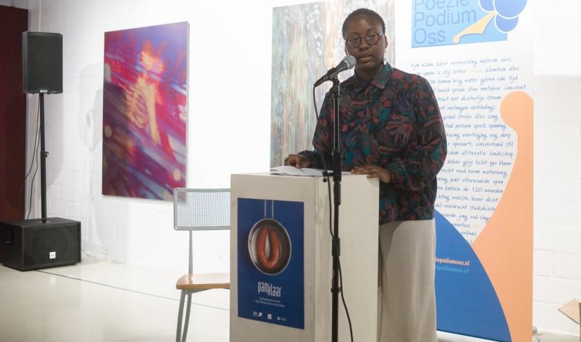 Een bijzondere gaste was de uit Nigeria afkomstige Pelumi, die met haar poëzie tracht nuances voor interpretatie aan te brengen, waar in communicatie vaak geen ruimte voor is. Foto: Ton Lotterman
