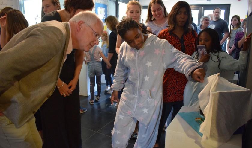 Wethouder Marcel Fluitman opende de eindmanifestatie met de jonge deelnemers van KunstExpress in het KunstenHuis in Zeist.