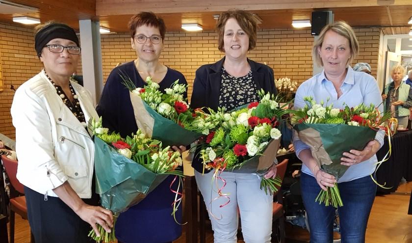 Van links  naar rechts: Betty Sinay, 40 jaar in dienst, Ada Kleijn, Petra Visser en Astrid Middag, allemaal 12,5 jaar in dienst. Foto: Iris Stekelenburg