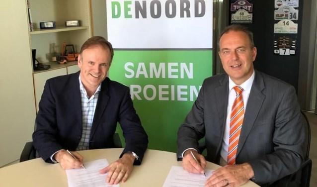 Nico Treure van OV de Noord en burgemeester Jaap Paans ondertekenen het convenant. (Foto: pr)