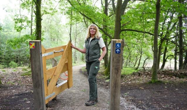 Boswachter Corien Koreman opent de toegang tot het nieuwe mindervalidepad. FOTO: Ellis Plokker