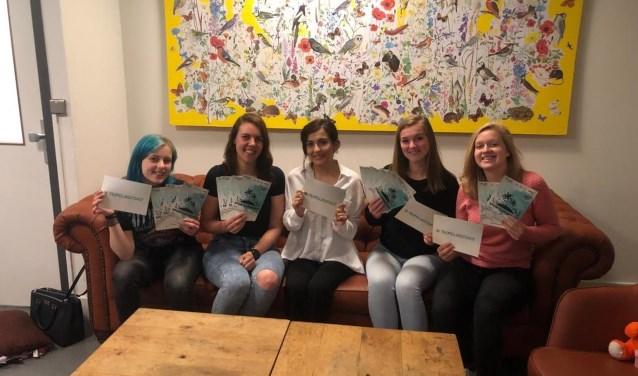 De meiden van Project DURF! Van links naar rechts: Daphne, Frouke, Aynur, Naomi en Fleur.