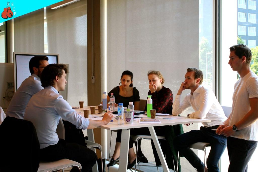 Een team van studenten werkt aan de case  Foto: Laura Koorevaar © Persgroep