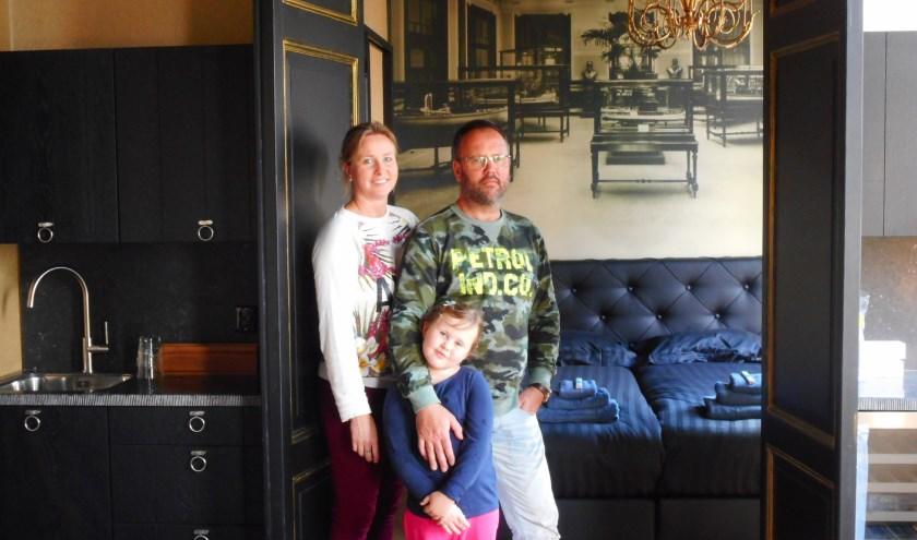 Sylvia, Juul en dochter Joop zijn er klaar voor om de eerste gasten te ontvangen. (Foto: Bart van der Linden)