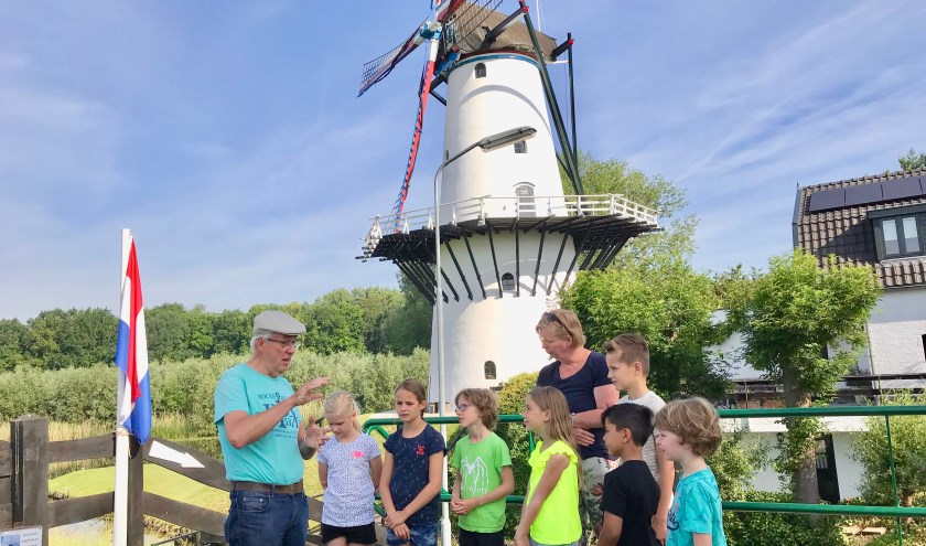 Molenaar Sini van Steenis ontvangt de groep 4-5 leerlingen van de Lokhortsschool uit Deil, zij krijgen van juf Yvonne Dijkslag les over bouwprojecten. Misschien aspirant molenaar?