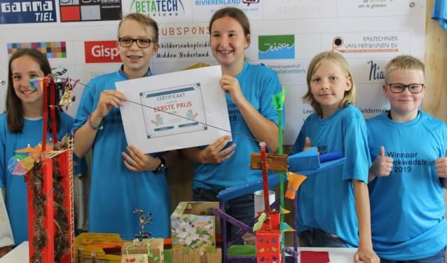 Deze leerlingen van OBS De Bloeiende Betuwe uit Rhenoy wonnen de eerste prijs met hun werkstuk voor de regionale techniekwedstrijd.