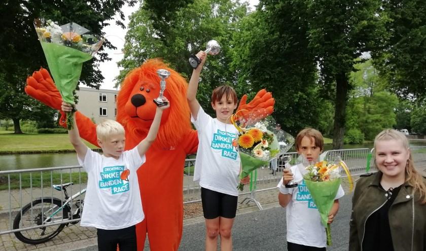 Bij de Dikke Banden Race hebben Jullie van de Berg (midden), Guido Medema en Lars Nommensen in de categorie 7 en 8 jaar gewonnen.
