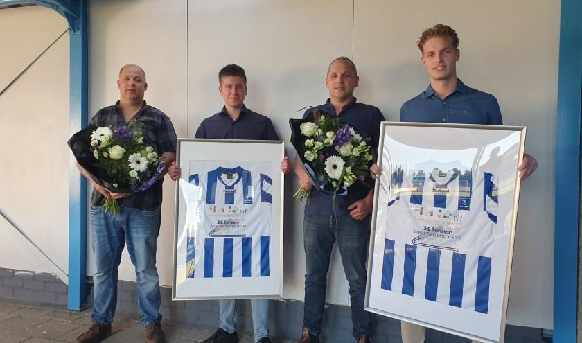 Martin Klever (links) en Gerard Ravesteijn (tweede van rechts) ontvangen van bestuursleden Geert Brokking (tweede van links) en Ruben Dorresteijn een ingelijst S.V. Lopik-shirt met daarop de logo's van de nieuwe hoofdsponsors.