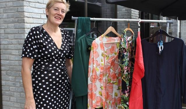 Birgitte van de Water roept (jonge)dames op om deel te nemen aan de kledingmarkt of t.z.t. deze te bezoeken. Foto: Wendy van Lijssel