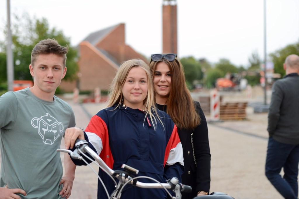 Devin van Hees (l), Kim Kouvelt en Melissa van Doesburg uit Vuren maken afspraken over de komende feestavonden.   © Persgroep