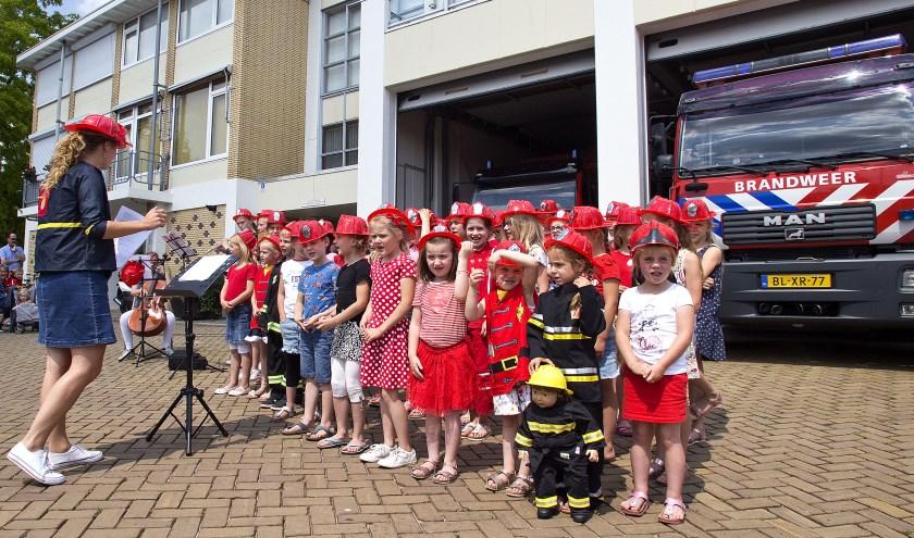 Het jaarlijkse afsluitende liedjesfestijn van Kinder- en tienerkoor Mattánja werd dit jaar gehouden bij de brandweerkazerne. (Foto: Fotopersburo Busink)