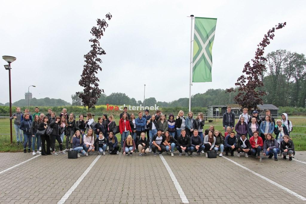 Groepsfoto van de Duitse en Nederlandse scholieren bij 't Noorden Aalten.  Foto: Jan Oberink © Persgroep